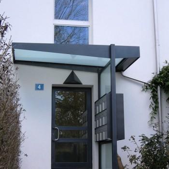 Hauseingang mit Vordach und Briefkasten