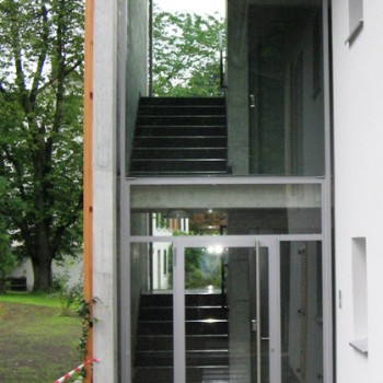 Laubengangverglasung mit Eingangstüre