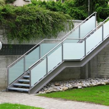 Stahltreppe mit Glasgeländer