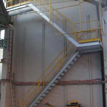 Treppe mit Geländer und Schutzgitter